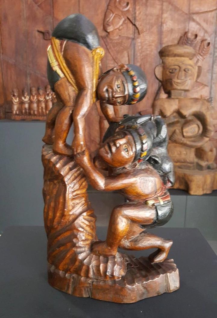 圖為排灣族雕刻大師沈秋大的作品「同心協力」。圖/縣府提供