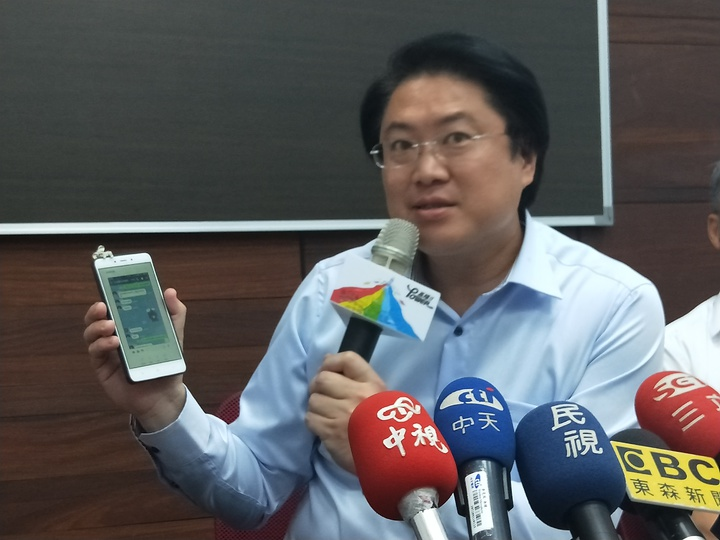基隆市長林右昌秀出截圖表示,4點停班課是接到台北市電話配合的。記者游明煌/攝影