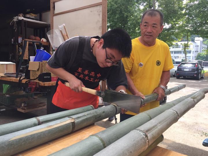 至善高中學生沒有製作神轎經驗,跟著日本木工職人學技術。記者鄭國樑/攝影