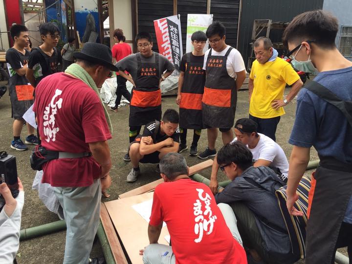 日本木工職人和至善高中家具木工科老師討論製作神轎細節,學生在一旁認真聽。記者鄭國樑/攝影