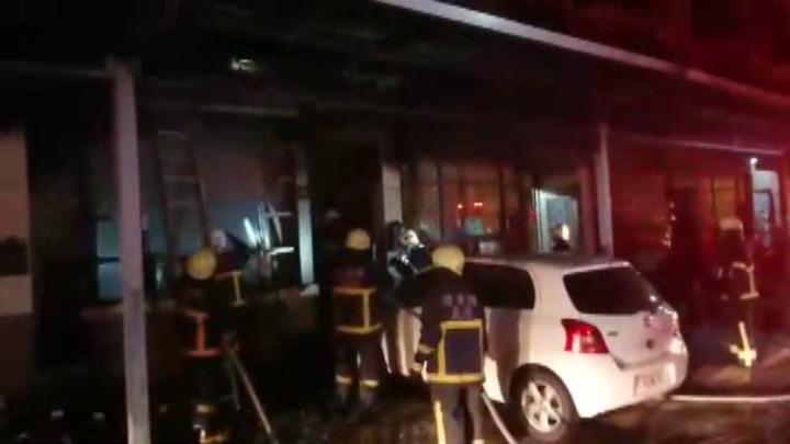 苗栗市文發路一間3樓透天厝住宅今天晚上9點左右突然起火,屋毀人平安。記者范榮達/攝影