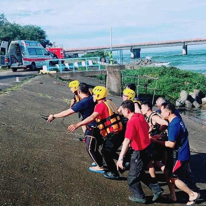 男子跳下四草大橋, 消防員迅速搶救送醫。 圖/台南市消防局提供