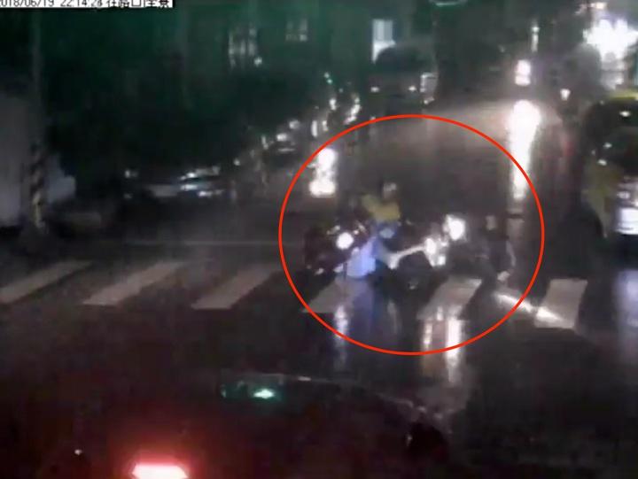 台中市東區復興路、福仁街上月19日發生機車擦撞事故,被撞女騎士吃上肇事逃逸官司。記者陳宏睿/翻攝