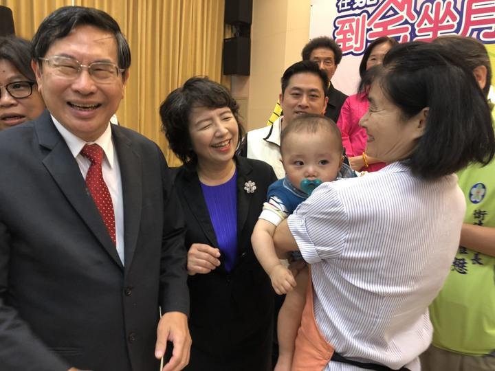 嘉義市長涂醒哲(左一)跑行程時,妻子鄭玉娟(左二)常陪同,鄭是台大退休教授,兩人都有出色的專業背景。本報資料照