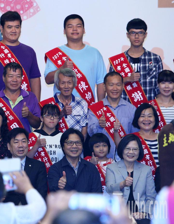 全國孝行獎頒獎典禮今天在台南舉行,即將接任教育部長的內政部長葉俊榮與蔡英文總統出席活動。記者劉學聖/攝影