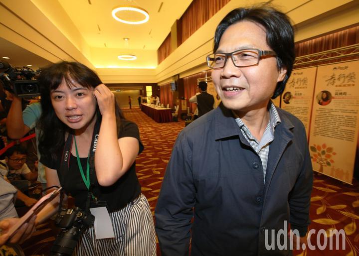 全國孝行獎頒獎典禮今天在台南舉行,即將接任教育部長的內政部長葉俊榮(右)上午出席活動,針對媒體提問如何處理台大校長案,葉俊榮沒有回應。記者劉學聖/攝影
