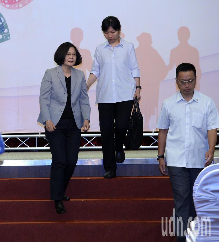 全國孝行獎頒獎典禮今天在台南舉行,蔡英文總統(左)南下頒獎。記者劉學聖/攝影