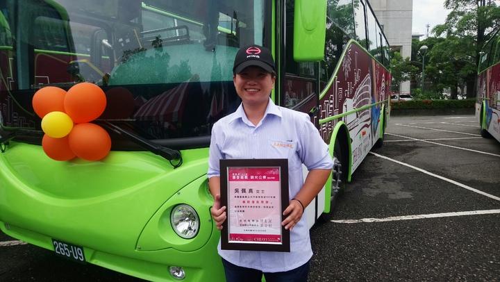 帥氣女司機吳佩真,當選今年縣公車優良駕駛。 記者卜敏正/攝影