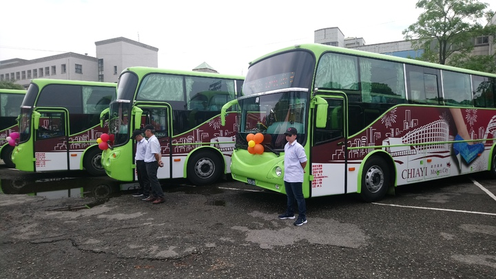 嘉義縣公車處今天發表10輛新彩繪公車。 記者卜敏正/攝影