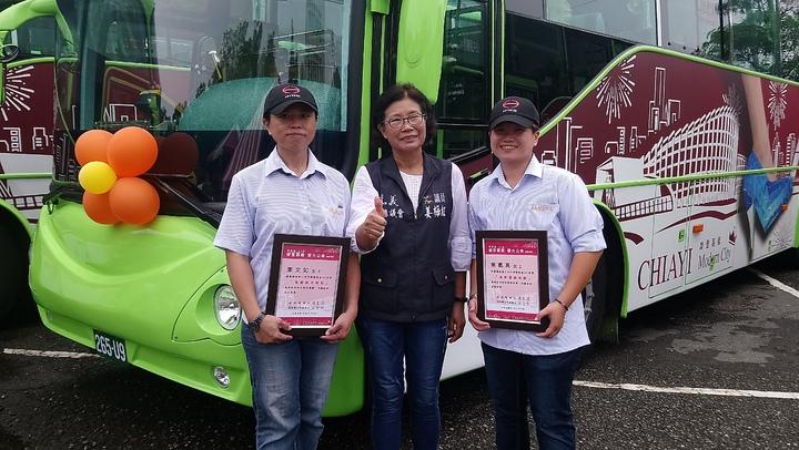 嘉義縣議員姜梅紅(中)與縣公車女駕駛吳佩真(右)、李文如(左)合影。 記者卜敏正/攝影