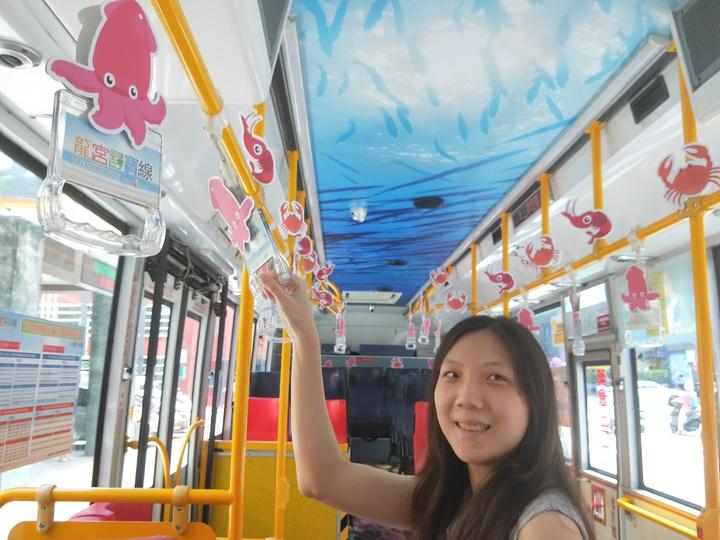 鎖管巴士將海底世界的場景搬進車上,車廂除了貼上擬真的海底世界照片,把手也全部換裝成基隆最具特色的Q版鎖管。記者游明煌/攝影