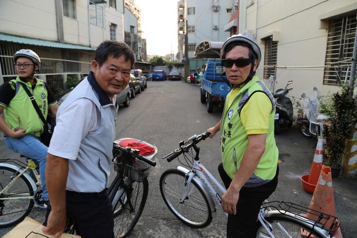 嘉義市長涂醒哲(右)騎單車走訪嘉義市84個里,深入基層,也和地方搏感情。圖/嘉義市政府提供