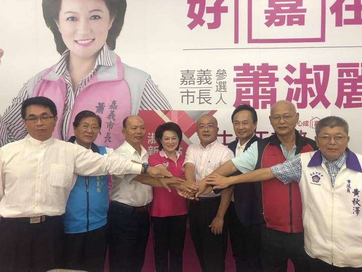 蕭淑麗(左四)邀集工商團體代表為她站台,她說,政黨奧援、大選區經驗根本不是勝選必要條件,重點仍是參選人的人格特質,必須正派、無私無我,才能贏得民心。本報資料照
