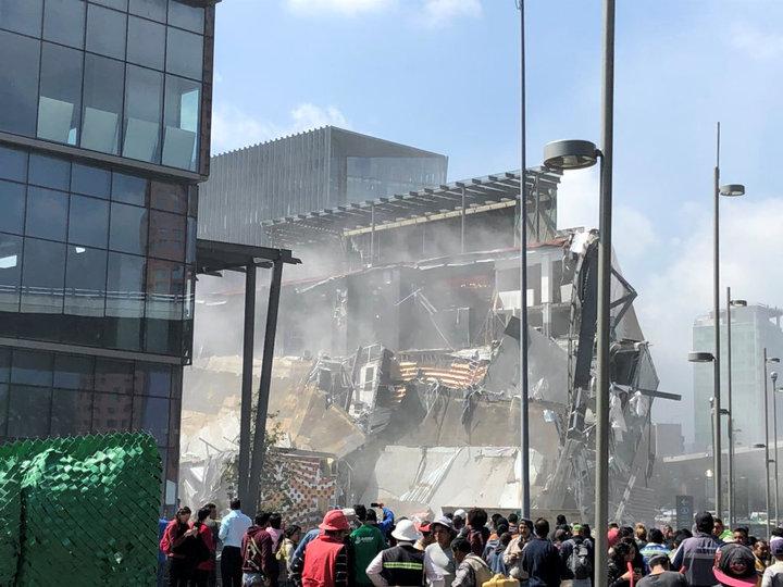 墨西哥首都墨西哥市城南新開張的Artz Pedregal商場12日發生局部倒塌,由於管理單位事先有所察覺及提早疏散,整起事件並未傳出任何傷亡。路透