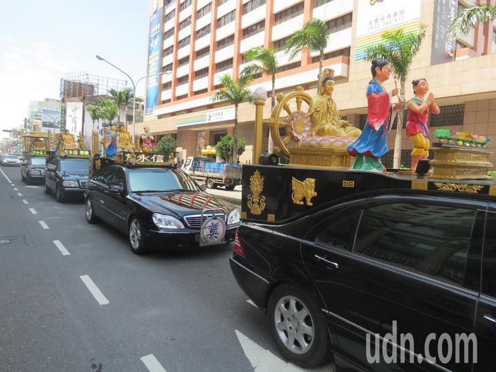 總統蔡英文車隊到達全國孝行獎頒獎典禮會場前,前方竟然出現出殯車隊,所幸送葬隊伍早一步離開總統車隊路線,讓警方捏了一把冷汗。記者周宗禎/攝影