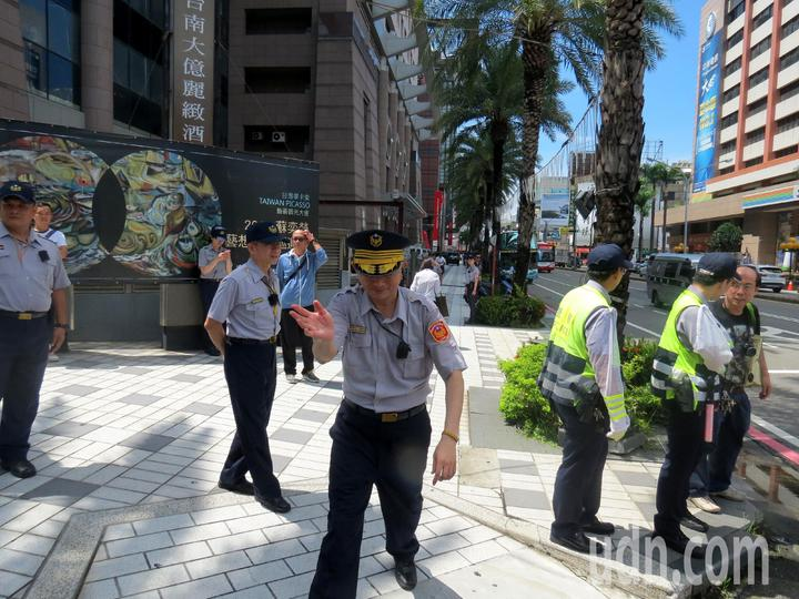 總統到訪警方高規格維安,不但會場內外周遭滿布警力,一發現可疑人車立即上前排除。記者周宗禎/攝影