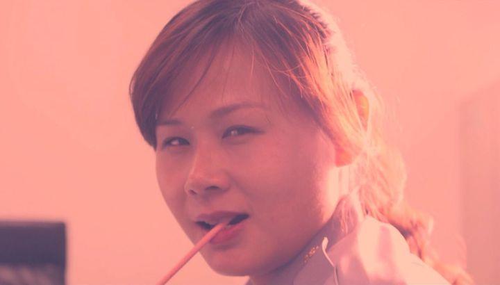 桃園平鎮警分局,籌拍預防洩漏個資宣導影片,以微電影拍攝方式,設計女警叼著Pocky餅乾的橋段,詼諧的情節與對話令人印象深刻。記者張弘昌/翻攝