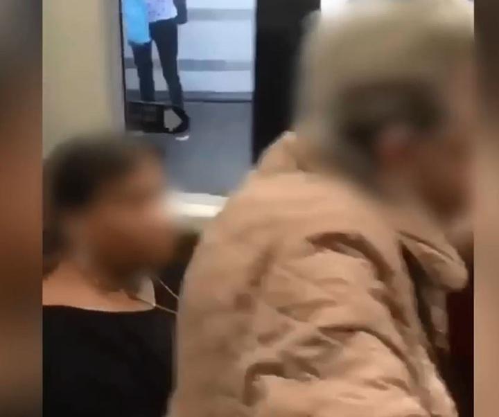 英國倫敦一位帶著拐杖的老婦人,堅持要坐最喜歡的座位,甚至一屁股坐上女乘客腿上逼她讓座。Daily Mail