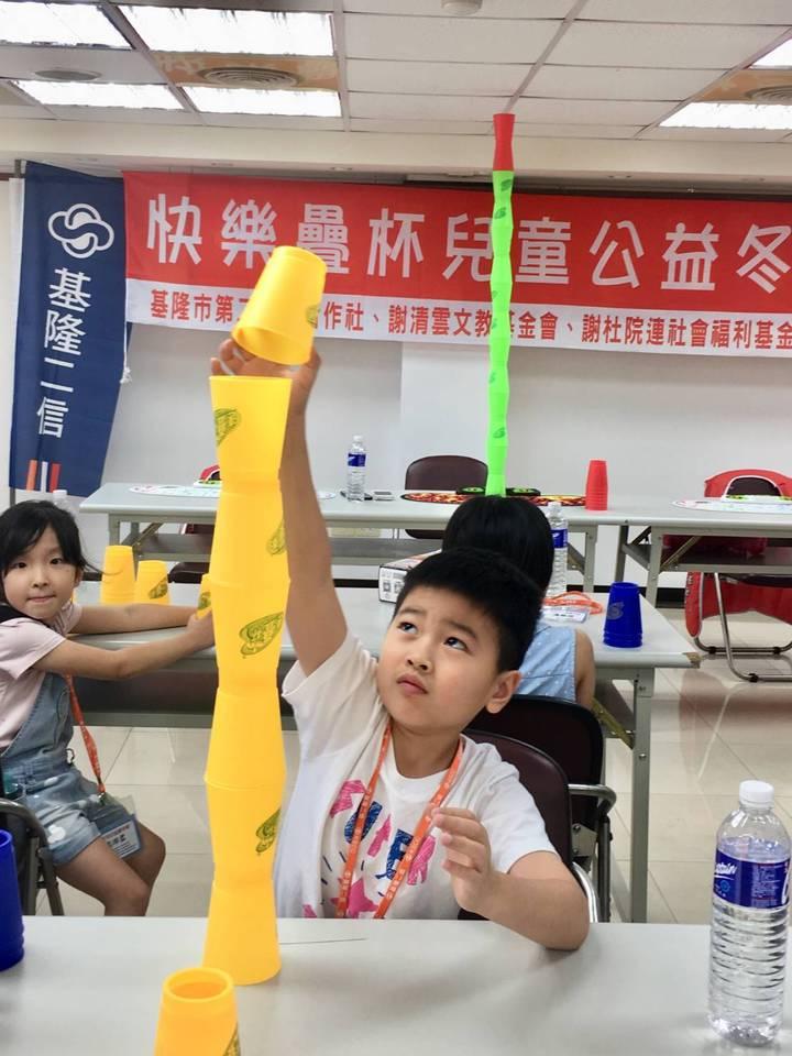 小朋友左右開弓享受疊杯樂趣,個個玩得不亦樂乎,還有學生玩創意,疊了7層高,獲得滿場掌聲。圖/基隆二信提供