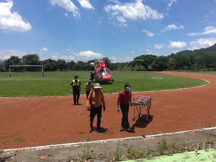 屏東兩名男子受困沙洲,中午已由直升機成功吊掛送下山。記者翁禎霞/攝影