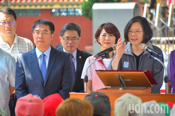總統蔡英文(右)向台南市民公開呼籲下一屆台南市長由黃偉哲(左二)接棒,之前和黃偉哲爭取黨內初選的立委陳亭妃(右二)站在一旁。記者吳淑玲/攝影