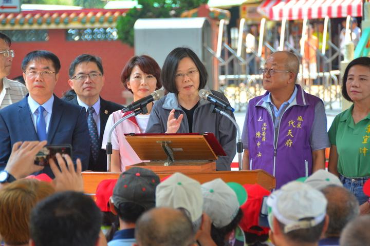 總統蔡英文(右三)向台南市民公開呼籲下一屆台南市長由黃偉哲(左)接棒,之前和黃偉哲爭取黨內初選的立委陳亭妃(右三)站在一旁。記者吳淑玲/攝影