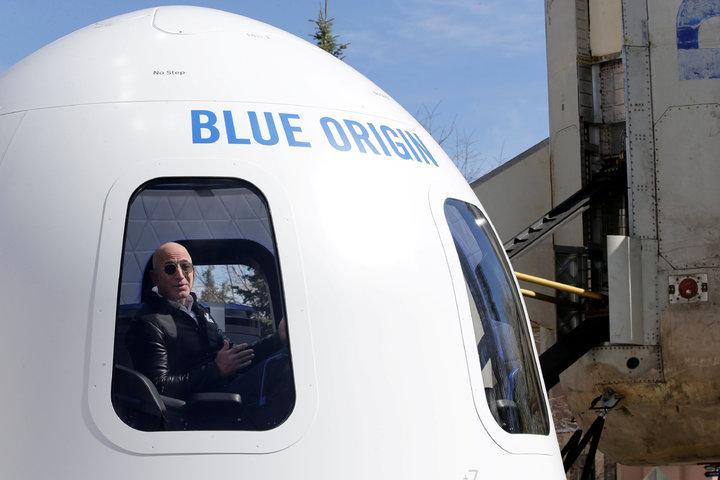貝佐斯創立的藍色起源(Blue Origin)公司已準備販售「太空旅遊機票」,據傳1張價格介於20到30萬美元間。路透