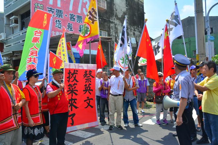 全國拔菜總部和台灣人民共產黨「如影隨形」一路跟著蔡英文到麻豆代天府,警方引導他們到意見表達區。記者吳淑玲/攝影