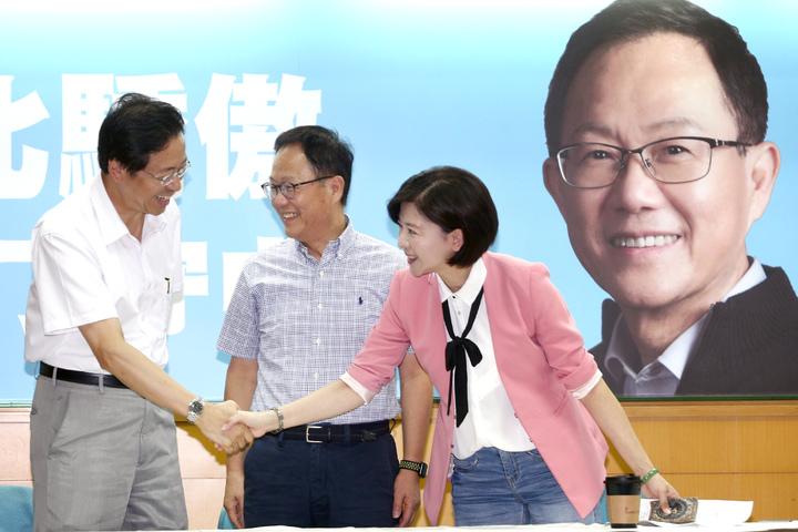 國民黨台北市長參選人丁守中(中)公布競選總部主任委員張善政(左)與總幹事王育敏(右)。記者蘇健忠/攝影