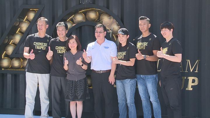 瓊斯盃今年邁入第40屆,新莊體育館外廣場推出紀念特展,歷代球星出席活動。記者王彥鈞/攝影
