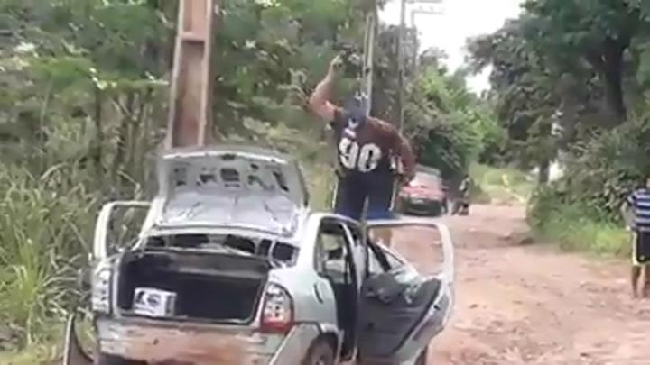 巴西1名男子因車輛文件過期遭警方開罰,沒想到他付不出罰款,竟拿出鐵鎚把整台車砸爆。翻攝 Facebook/Hosea Miranda