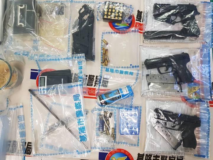 基隆市警局刑大偵三隊昨在新竹市竹北區當場逮獲蘇男。警方表示,起初蘇男還不願配合調查,直要警方出示搜索票,才不情願地打開後行李廂讓警方盤查。圖/基隆市警局提供