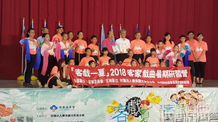 「客戲一夏」客家暑期戲曲研習營上午在苗栗縣後龍鎮新港國中小發表成果。記者胡蓬生/攝影