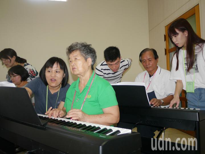 六龜阿嬤說,小時候很想學鋼琴,彈鋼琴能讓自己變年輕。記者徐白櫻/攝影