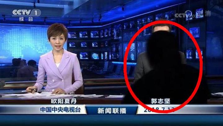 12日新聞聯播直播時,一個黑影突然閃入鏡頭,遞上講稿。香港01新聞