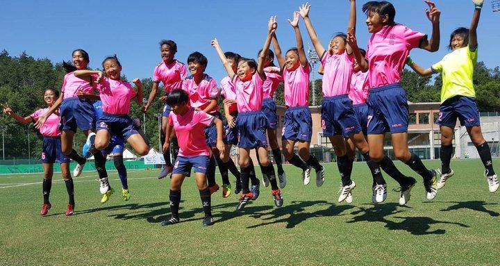 高雄市後勁國小女子足球隊獲國際分齡足球錦標賽U12女子組冠軍,小球員們開心的跳起來。圖/後勁國小提供