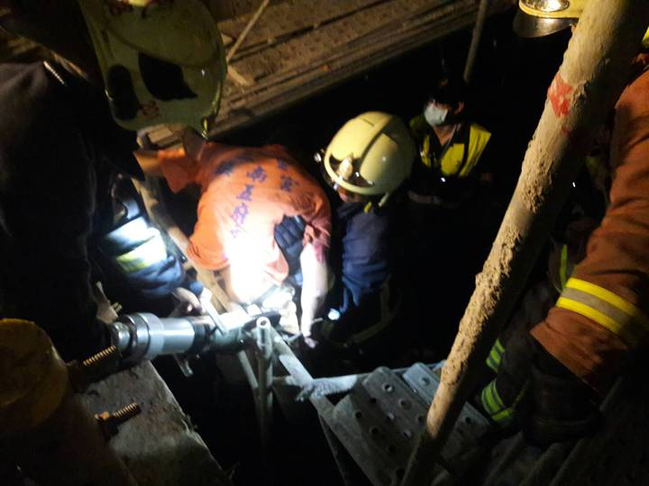 新北市新莊區壽山路一處工地今天發生工安意外,一名工人墜落電梯井,且被鋼筋刺穿胸部,消防人員費了一番功夫才將人救出送醫,經搶救仍宣告不治。記者王長鼎/翻攝