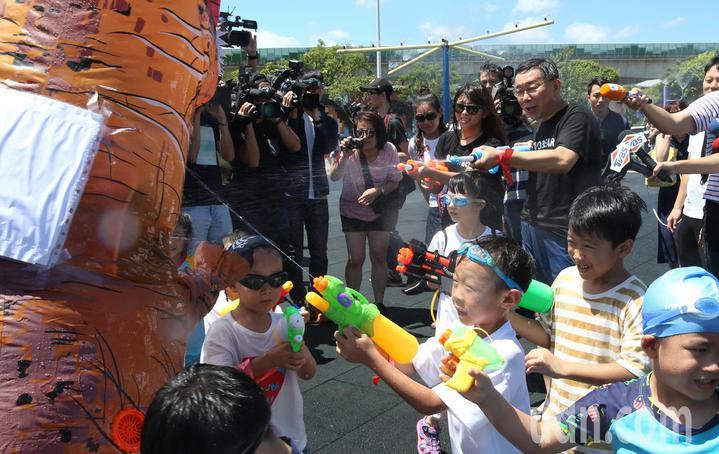 台北市長柯文哲出席「2018臺北河岸童樂會-熊讚水樂園」開幕活動,親自下水體驗滑水道,與小朋友玩水槍打怪獸同樂。記者林俊良/攝影