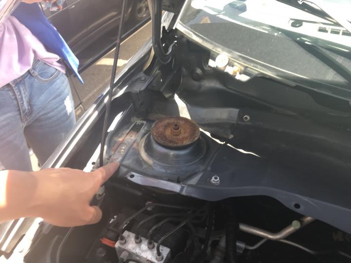 購買中古車時,應仔細查看引擎、車身號碼有無遭「切割、焊接」或「研磨、補土、打印」偽造變造痕跡。記者蕭雅娟/攝影