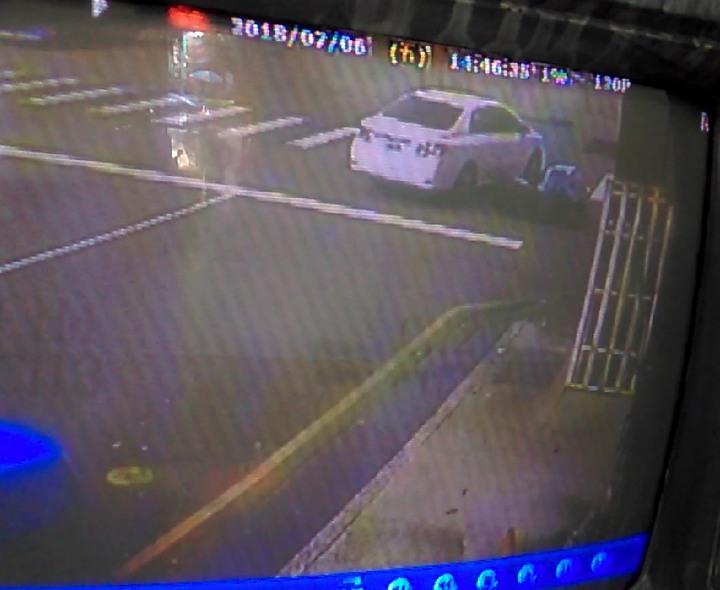 台中市陳姓女子6日下午開車撞到騎車的鄧姓男子,隨後開車離開,全被路口監視器拍下。記者陳宏睿/翻攝