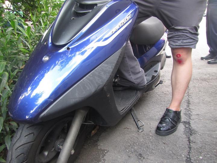 台中市陳姓女子6日下午開車撞到騎車的鄧姓男子,隨後開車離開,鄧的膝蓋受傷。記者陳宏睿/翻攝