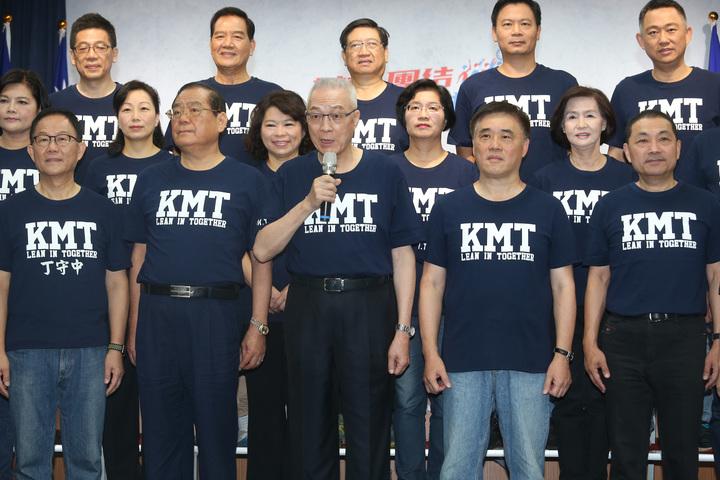 國民黨主席吳敦義(前中)上午帶領國民黨縣市長候選人進行第一次合體造勢,請求全國民眾再給國民黨一次機會,重新再造幸福美滿的國家。記者曾吉松/攝影