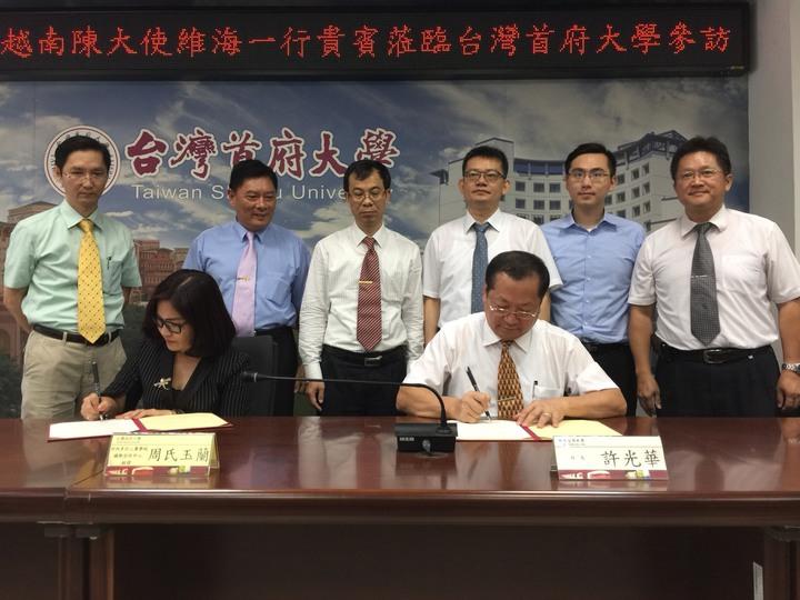 首府大學校長許光華(右)與越南河內多行二專學校經理周氏玉蘭(左)簽署「越南僑外學生來台交流協議」。記者吳政修/攝影