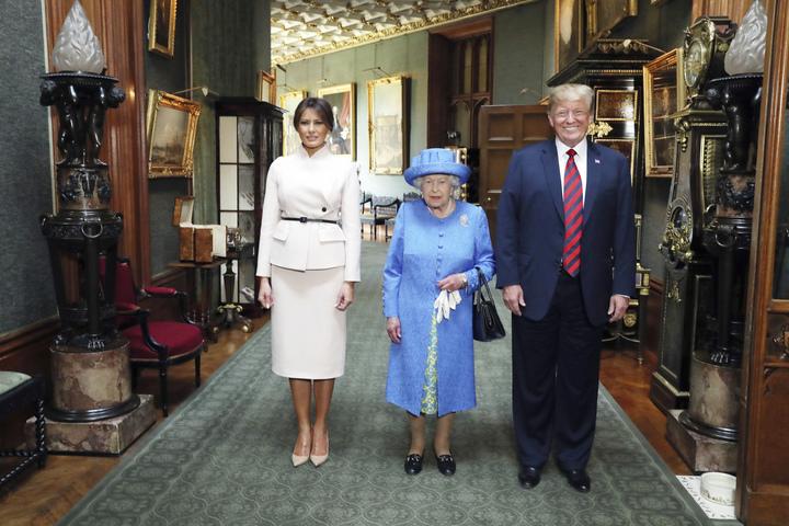 美國總統川普與第一夫人梅蘭妮亞13日在溫莎堡拜會英國女王後合影留念。雖然歡迎儀式有幾個小插曲,但整體還算順利。(美聯)