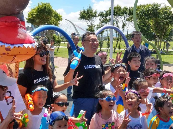 觀傳局在大佳河濱公園打造台北河岸童樂會,邀請小朋友前來戲水。台北市長柯文哲今天出席開幕儀式,與小朋友同歡。記者陳煜彬/攝影