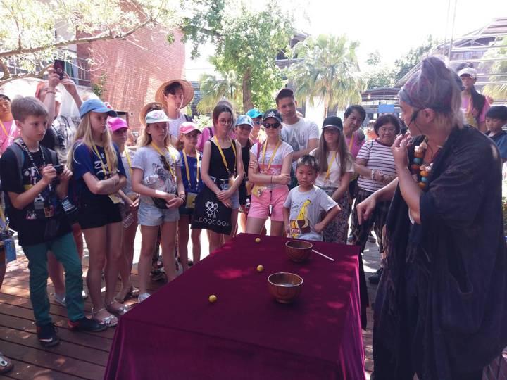 魔術師阿凡達現身宜蘭傳藝園區,今天遇上波蘭遊客,即興如Rap的解說,快到連眼睛都來不及看、想都來不及想的演出,真的讓遊客驚呆。圖/全聯善美的基金會提供