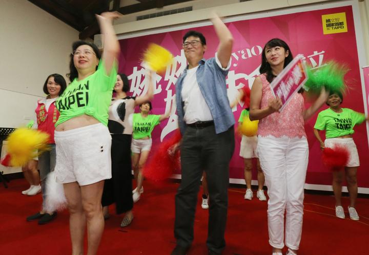 民進黨台北市長參選人姚文智(中)舉行「姚姚姊妹會」成立大會,邀請百位婆婆媽媽們前來,並由立委吳思瑤、市議員許淑華(右)、簡舒培(左)等黨內女性從政人員站台,一起唱歌、跳舞炒熱氣氛。攝影/記者許正宏