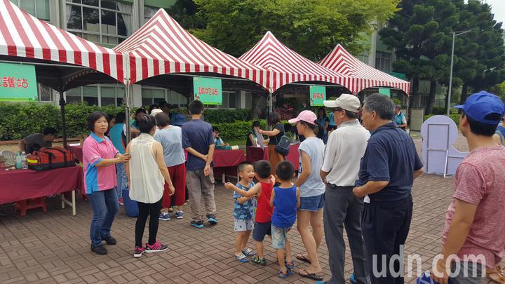 苗栗區改良場昨天上午在場區舉辦「蠶寶寶酷炫聯盟」彩繪文創親子遊活動,吸引民眾參加。記者胡蓬生/攝影