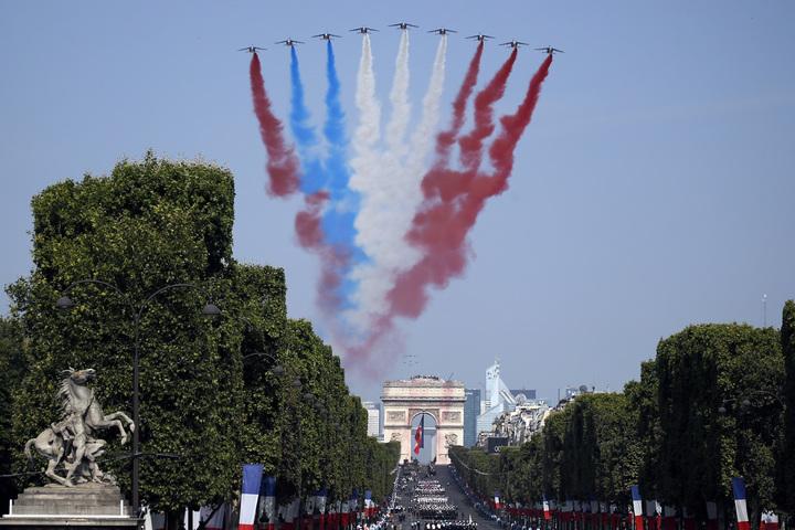 法國國慶日閱兵,戰鬥機打頭陣,飛越巴黎上空接受檢閱,沒想到卻出包噴錯顏色,讓「藍白紅」國旗變成「紅藍白紅」。美聯社