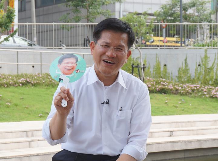 台中市長林佳龍(中)接受聯合報系直播專訪,林佳龍說柯P醫師出身、擅長短打,把很多問題都當成危機處理。記者洪敬浤/攝影